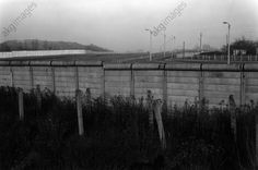 akg-images -Berlin Wall / Western sector / 1978Berlin, Berlin Wall.  View of the border fortifications along Rudower Höhe in the Western district of Neukölln.  Photo, 1978.Hans W. Mende