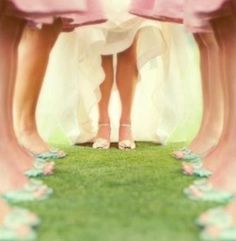 Great wedding photo idea! :)