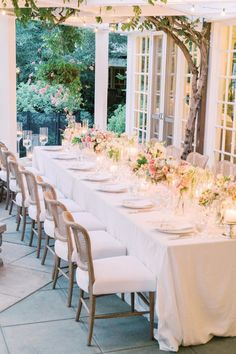 Lush florals and candles line this garden wedding reception dinner table. Photo: @pinnelphotography Plan My Wedding, Wedding Reception, Wedding Ideas, Spring Wedding Colors, Summer Wedding, Amazing Decor, Plan Design, Tuscany, Garden Wedding