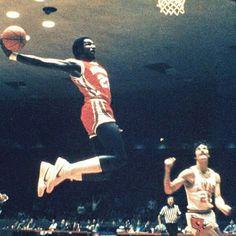 Clyde Drexler of University of Houston's Phi Slamma Jamma throws one down at Lamar in Lamar, Texas. I Love Basketball, Basketball Legends, College Basketball, Basketball Players, Basketball Court, Basketball Shoes, James Naismith, Mike Jordan, Clyde Drexler