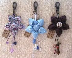 Flower Key fobs or purse charms Handmade Flowers, Diy Flowers, Fabric Flowers, Crochet Keychain, Cute Keychain, Keychains, Cute Sewing Projects, Sewing Crafts, Felt Crafts