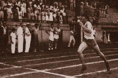 (1945) Fidel entra victorioso a la meta en la carrera de 800 metros de las…