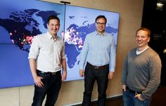 Supercellin toimitusjohtaja Ilkka Paananen (vas.) panee miljoonia euroja sijoitusyhtiöön, jota alkavat vetää Lifeline Ventures -yhtiön perustajat Timo Ahopelto ja Petteri Koponen. Takana oleva näyttö kertoo, missä Supercellin pelejä pelataan eniten.