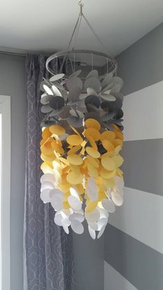 Baby paper Mobile pale gray, dark gray, yellow and white. Decoration for children's rooms. Diy Arts And Crafts, Easy Crafts, Diy Room Decor, Bedroom Decor, Home Decor, Decoration Gris, Paper Mobile, Deco Luminaire, Paper Wall Art