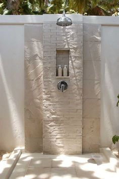 Designing Outdoor Bathrooms is Easy : Simple Modern Outdoor Shower Design Ideas