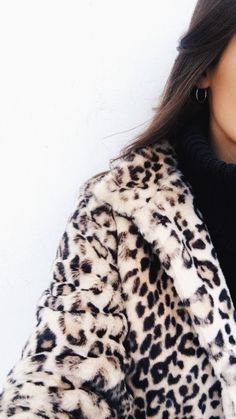 Do you like leopard print? If the answer is even yes or no, I'm sure that you'll like this timeless trend after I show these stylish outfits to you. Leopard Print Outfits, Leopard Print Coat, Leopard Jacket, Cheetah Print, Fall Winter Outfits, Autumn Winter Fashion, Winter Dresses, Surfergirl Style, Outfit Invierno