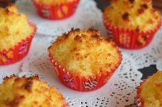 Coquinhos – Um docinho tão simples e tradicional The Effective Pictures We Offer You About World Cuisine recipes A quality picture can tell you many things. You can find the most beautiful pictures th Coconut Recipes, Tart Recipes, Cupcake Recipes, Sweet Recipes, Cupcake Cakes, Dessert Recipes, Cup Cakes, Gourmet Desserts, Plated Desserts