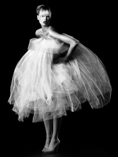 Tulle obsessed with tulle! Would I be too crazy to wear a tulle skirt in everyday life! Foto Fashion, High Fashion, Black White Photos, Black And White, Pure White, Glamour, Editorial Fashion, Beautiful Dresses, Marie