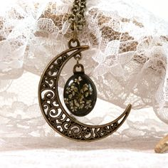 Pressed Queen Anne's Lace moon pendant - real flower necklace - white flower moon pendant - botanical jewelry - transparent flower necklace - pinned by pin4etsy.com