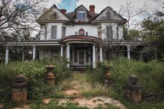 Old Abandoned Houses, Abandoned Places, Old Houses, Haunted History, Church Building, Beautiful Buildings, Old Pictures, Country Life, Decoration