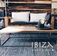 Sfeervolle foto van de robuuste teakhouten Ibiza bank en salontafel met zwart ijzeren onderstel. Heb je interesse of een vraag? Stuur een e-mail naar ibizaoutdoor@gmail.com en maak gelijk een afspraak in onze loods.
