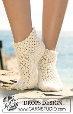 Socks & Slippers - Free knitting patterns and crochet patterns by DROPS Design Crochet Socks Pattern, Crochet Shoes, Crochet Clothes, Crochet Patterns, Scarf Patterns, Drops Design, Knitting Designs, Knitting Patterns Free, Free Pattern