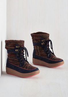 Your style admirers will carefully examine the steps you take in these navy Rocket Dog boots, for the design of this wedge-heeled pair is as intriguing as your travels! The panels of heathered knit, the fuzzy lining, and the vegan faux-suede accents of this footwear give an air of mystery to every stride.