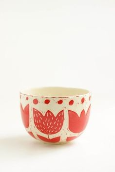cuenco flor roja Pottery Painting, Ceramic Painting, Ceramic Vase, Ceramic Pottery, Pottery Art, Color Me Mine, Glaze Paint, Sgraffito, Ceramic Design