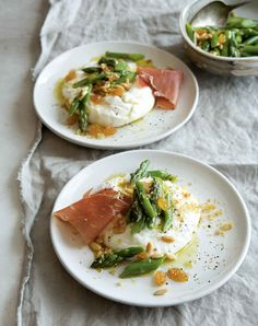 Burrata with asparagus is an easy yet elegant and unexpected appetizer that's made with the freshest burrata cheese, asparagus, raisins, pine nuts, and prosciutto. Asparagus Dishes, Asparagus Recipe, Prosciutto Asparagus, Asparagus Salad, Burrata Recipe, Burrata Cheese, Burrata Salad, Appetizer Recipes, Antipasto