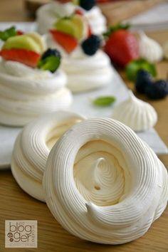 Mini pavlova alla frutta (1) Mini Pavlova, Pavlova Cake, Pastry Recipes, Sweets Recipes, Cooking Recipes, Meringue Desserts, Mini Desserts, Desserts Around The World, Australian Food