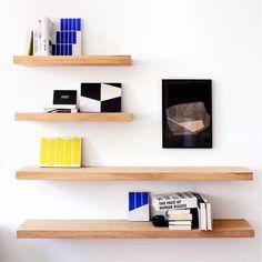 étagères simple en bois sur mur blanc deux longueurs