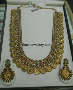 Heavy traditional antique gold kasu haram in dull finish featuring peacock design motif gold coins. Studded with a line of oval shaped red kundans Antique Jewellery Designs, Gold Jewellery Design, Gold Jewelry, Antique Jewelry, Gold Necklaces, Antique Gold, Temple Jewellery, Jewelry Patterns, Indian Jewelry