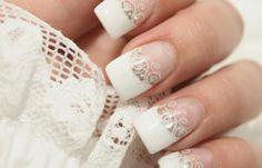 Uñas decoradas color blanco, uñas decoradas blancas francesas. Clic y Síguenos,  #colordeuñas #colornails #uñasvistosas