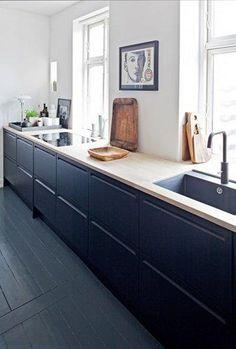Una cocina minimalista en blanco y negro