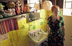Os azulejos do banheiro ganharam etiquetas de viagem e pensamentos escritos pela moradora Ida Feldman. O resultado é único e nada comum