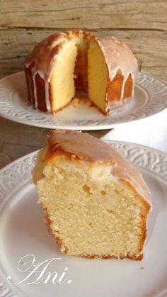 Cuando descubrí este bizcocho en el blog de Labidú www.conlaluzdemicocina.blogspot.com me quedé totalmente enamorada....no podía parar de p... Bunt Cakes, Cupcake Cakes, No Bake Desserts, Delicious Desserts, Empanadas, Brownie Recipes, Cake Recipes, Mantecaditos, Plum Cake