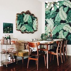 Never met a palm print we didn't like ✨ @hannypotter's dining room is the stuff dreams are made of #hesbystyle