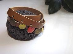 Bracelet triple tour bohême chic en cuir de vachette marron clair , perles sequins émaillés oranges et vert anis : Bracelet par nezbuleuse