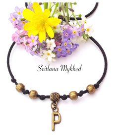 """Bracelet homme,femme, enfant personnalisé avec Initiale """"P"""" . perles et lettre mètal bronze : Bracelet par perles-et-couronnes"""