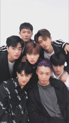 XD it looks like they're gravitating to Jinhwan. Chanwoo Ikon, Kim Hanbin, Yg Entertainment, Yg Groups, K Pop, Bobby, Ikon News, Ikon Songs, Ikon Member