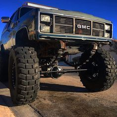 Big and square. @busaslayer187  #crawlandhaul #adventure #adventuremobile #explore #wander #offroad #offroading #tactical #everydaycarry #solidaxle #prerunner #overland #overlanding #crawler #rockcrawler #flex #flexing #4x4 #4wd #chevy #chevytrucks