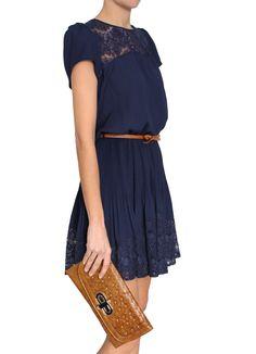 Vestido con falda plisada y encaje azul noche