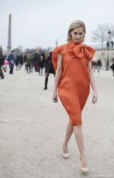 Paris Fashion Week. No hay nada que comentar que no se aprecie por si mismo. El vestido es tan poco favorecedor que la modelo parece un globo