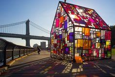 As part of this year's DUMBO Arts Festival in America, sculptor Tom Fruin installed his famous plexiglass house, Kolonihavehus, in Brooklyn Bridge Park. Making Stained Glass, Stained Glass Art, Fused Glass, Mondrian, Festival D'art, Ville New York, Brooklyn Bridge Park, Art Deco Stil, Architecture