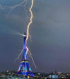 Architizer Blog » Photo Of The Day: Lightning Bolt Fries The Eiffel Tower
