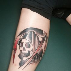 Um tiro na cabeça, Grim Reaper tatuagem. A tatuagem mostra todo o crânio, face o Grim Reaper, segurando uma foice. Simples, pequeno, mas ainda assustadoramente único.