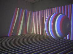 Carlos Cruz-Diez est l'un des acteurs majeurs et l'un des principaux représentants de l\'art optique. Il est né à Caracas, auVenezuela, le 17 août 1923, mais il vit et travaille à Paris depuis19601. Ses multiples investigations ont apporté une nouvelle approche sur le phénomène de la couleur dans le domaine de l'art en développant notamment l'univers perceptif de celle-ci.