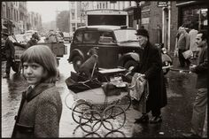24 Fascinating Black and White Photos Capture Daily Life in London in 1964