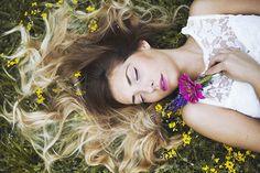 Фото Девушка лежит на траве с цветами в руке, by thefirebomb