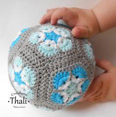 Un ballon rond et doux réalisé en coton à partir de 12 granny et qui cache un grelot fait maison.
