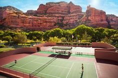 網球場的路上。to the tennis court: 網球場與大岩壁 - Tennis courts and the red rock, Sedona, Arizona