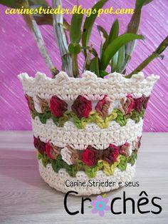 Olá pessoal!!! Mais uma variação do Cachepô com Tulipas pra vocês. Esse eu fiz com o fio Barroco Multicolor mescla Rosa/Marrom/Bra... Holiday Crochet, Crochet Home, Irish Crochet, Crochet Crafts, Crochet Projects, Crochet Mandala, Crochet Flowers, Crochet Bunny Pattern, Crochet Patterns