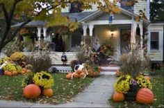 Our beautiful outdoor Halloween pumpkin decorations include carved, and manymore. This DIY Halloween yard deco Costume Halloween, Diy Halloween, Scary Halloween Yard, Halloween Veranda, Table Halloween, Outside Halloween Decorations, Halloween Outside, Outdoor Halloween, Vintage Halloween