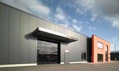 Sostenibilità e design in sinergia: gli specialisti in frigotermia Zeller hanno scelto portoni sezionali Hörmann per valorizzare la facciata