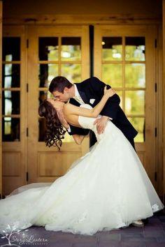 33 Creative and Romantic Wedding Kiss Photos You Can't Miss - Romantic weddings Wedding Fotos, Wedding Kiss, Wedding Photoshoot, Wedding Couples, Wedding Bride, Dream Wedding, Wedding Ideas, Wedding Rustic, Post Wedding