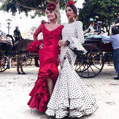 Con Momentos de la feria de este año...!!! La despedimos hasta el año que viene!!!  . #miaventuraconlamoda #feriadeabril #feria2017 #flamenca #style #lookbook #sevilla #andalucia #madeinspain #inspo #inspiration #streetstyle #modaflamenca #realdelaferia #red #white #friends #blogger #blog #rocioosorno #mariajosecollantes