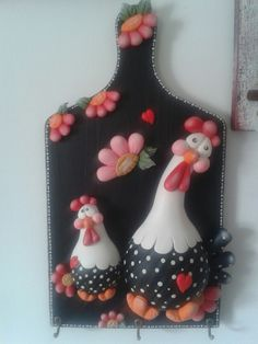 TABUA GALINHA EM BISCUIT POR GISLAINE LENK DE LIMA. Acorn Crafts, Pine Cone Crafts, Fimo Clay, Polymer Clay Crafts, Crack Crackers, Country Biscuits, Baking Center, Gourd Art, Paper Clay