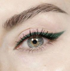 (New) The 10 Best Eye Makeup Ideas Today (with Pictures) - Whether you have green eyes or this is your favorite color using this color to make your eyeliner will make your eyes stand out and give your Eyeliner For Hooded Eyes, Eyeliner Looks, No Eyeliner Makeup, Pencil Eyeliner, Eyeliner Waterline, Black Eyeliner, Silver Eyeliner, Winged Eyeliner, Color Eyeliner