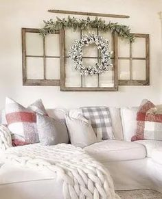 43 Fascinating Farmhouse Living Room Decor With Christmas Ideas 43 Faszinierendes Bauernhaus-Wohnzimmer-Dekor mit Weihnachtsideen This image has. Dining Room Wall Decor, Apartment Decor, Wall Decor Living Room, Living Decor, Dining Room Walls, Farmhouse Wall Decor, Country House Decor, Living Room Designs, Farmhouse Decor Living Room