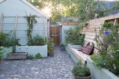 Buy Flowers Online Same Day Delivery Kleine Tuin Small Gardens, Outdoor Gardens, Garden Cottage, Home And Garden, Storybook Gardens, Tiny Garden Ideas, Interior Exterior, Balcony Garden, Dream Garden